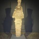 die ephesische, vielbrüstige Artemis, behängt mit den Hoden der Opferstiere
